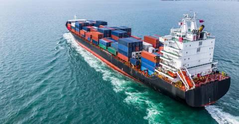 Luchtfoto internationaal transport per vrachtcontainerschip in import en export zakelijke logistiek