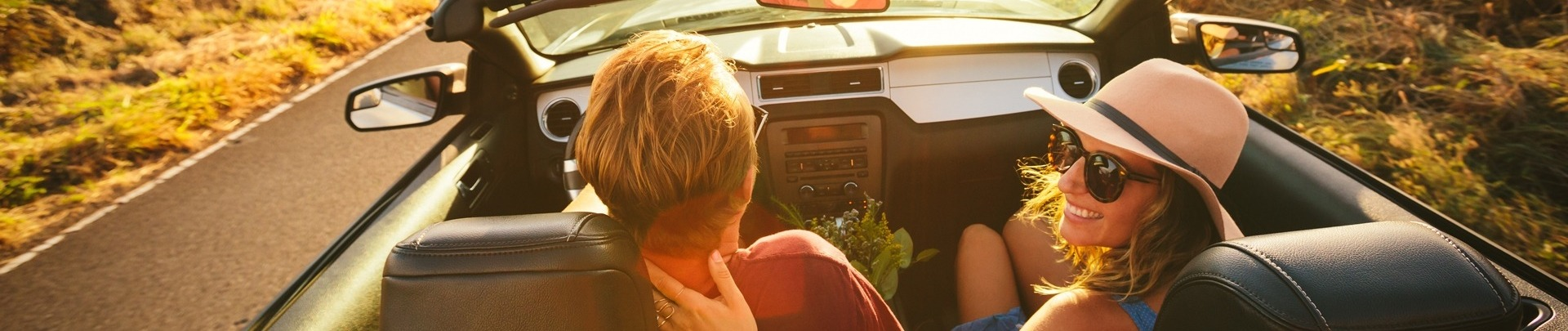 Cabrio met stel rijdt over de weg